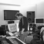 Stein Berge Svendsen i studio teller på knappene