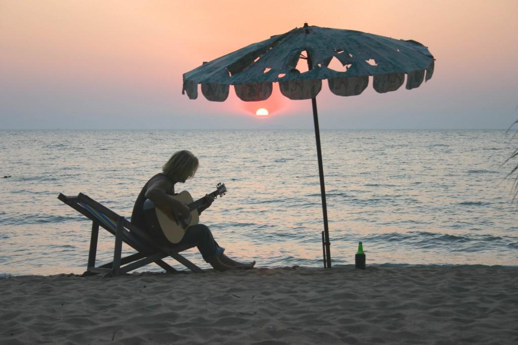 Finn Kalvik på strand i solnedgang